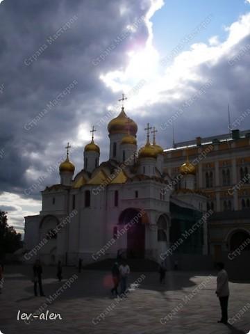 Приглашаю вас на фотопрогулку в Московский Кремль. Фотографии сделаны в разное время года, поэтому погода и освещение разное. Современные очертания Кремль приобрел в 15 веке. Он построен в форме неправильного треугольника. Протяженность стен с башнями -2235метров. С учетом рельефа местности возведены стены высотой от5 до 19 метров (это будет заметно на фотографиях).  Это наверное визитная карточка Кремля- Спасская башня. Названа так по образу Спаса Нерукотворного, расположенного над парадными проездными воротами башни. Слева 14-й корпус Кремля — административный корпус, о нем скажу позднее.  фото 29