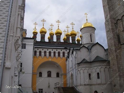 Приглашаю вас на фотопрогулку в Московский Кремль. Фотографии сделаны в разное время года, поэтому погода и освещение разное. Современные очертания Кремль приобрел в 15 веке. Он построен в форме неправильного треугольника. Протяженность стен с башнями -2235метров. С учетом рельефа местности возведены стены высотой от5 до 19 метров (это будет заметно на фотографиях).  Это наверное визитная карточка Кремля- Спасская башня. Названа так по образу Спаса Нерукотворного, расположенного над парадными проездными воротами башни. Слева 14-й корпус Кремля — административный корпус, о нем скажу позднее.  фото 13