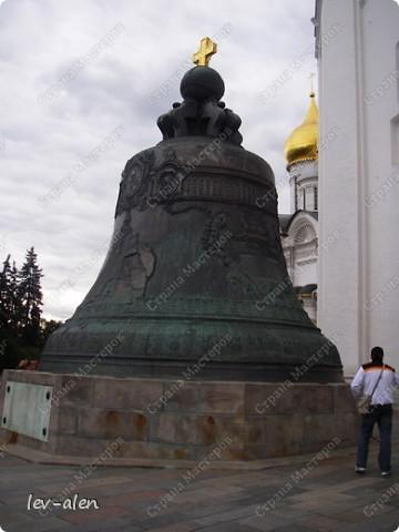 Приглашаю вас на фотопрогулку в Московский Кремль. Фотографии сделаны в разное время года, поэтому погода и освещение разное. Современные очертания Кремль приобрел в 15 веке. Он построен в форме неправильного треугольника. Протяженность стен с башнями -2235метров. С учетом рельефа местности возведены стены высотой от5 до 19 метров (это будет заметно на фотографиях).  Это наверное визитная карточка Кремля- Спасская башня. Названа так по образу Спаса Нерукотворного, расположенного над парадными проездными воротами башни. Слева 14-й корпус Кремля — административный корпус, о нем скажу позднее.  фото 22