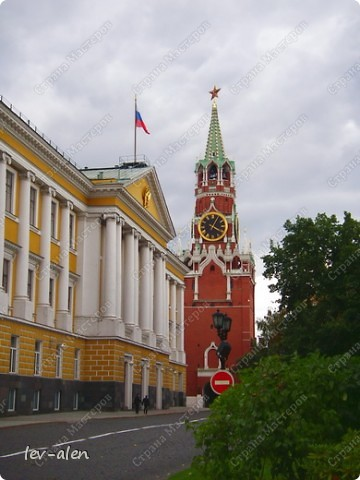 Приглашаю вас на фотопрогулку в Московский Кремль. Фотографии сделаны в разное время года, поэтому погода и освещение разное. Современные очертания Кремль приобрел в 15 веке. Он построен в форме неправильного треугольника. Протяженность стен с башнями -2235метров. С учетом рельефа местности возведены стены высотой от5 до 19 метров (это будет заметно на фотографиях).  Это наверное визитная карточка Кремля- Спасская башня. Названа так по образу Спаса Нерукотворного, расположенного над парадными проездными воротами башни. Слева 14-й корпус Кремля — административный корпус, о нем скажу позднее.  фото 1
