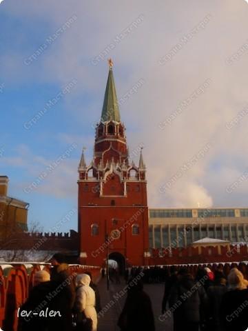 Приглашаю вас на фотопрогулку в Московский Кремль. Фотографии сделаны в разное время года, поэтому погода и освещение разное. Современные очертания Кремль приобрел в 15 веке. Он построен в форме неправильного треугольника. Протяженность стен с башнями -2235метров. С учетом рельефа местности возведены стены высотой от5 до 19 метров (это будет заметно на фотографиях).  Это наверное визитная карточка Кремля- Спасская башня. Названа так по образу Спаса Нерукотворного, расположенного над парадными проездными воротами башни. Слева 14-й корпус Кремля — административный корпус, о нем скажу позднее.  фото 31