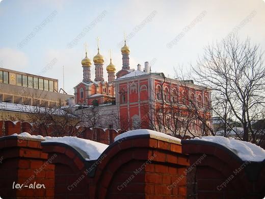 Приглашаю вас на фотопрогулку в Московский Кремль. Фотографии сделаны в разное время года, поэтому погода и освещение разное. Современные очертания Кремль приобрел в 15 веке. Он построен в форме неправильного треугольника. Протяженность стен с башнями -2235метров. С учетом рельефа местности возведены стены высотой от5 до 19 метров (это будет заметно на фотографиях).  Это наверное визитная карточка Кремля- Спасская башня. Названа так по образу Спаса Нерукотворного, расположенного над парадными проездными воротами башни. Слева 14-й корпус Кремля — административный корпус, о нем скажу позднее.  фото 32