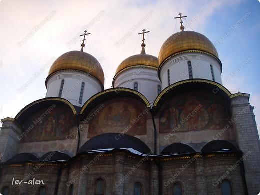 Приглашаю вас на фотопрогулку в Московский Кремль. Фотографии сделаны в разное время года, поэтому погода и освещение разное. Современные очертания Кремль приобрел в 15 веке. Он построен в форме неправильного треугольника. Протяженность стен с башнями -2235метров. С учетом рельефа местности возведены стены высотой от5 до 19 метров (это будет заметно на фотографиях).  Это наверное визитная карточка Кремля- Спасская башня. Названа так по образу Спаса Нерукотворного, расположенного над парадными проездными воротами башни. Слева 14-й корпус Кремля — административный корпус, о нем скажу позднее.  фото 19