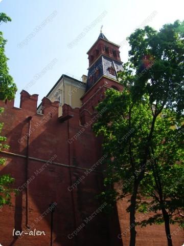 Приглашаю вас на фотопрогулку в Московский Кремль. Фотографии сделаны в разное время года, поэтому погода и освещение разное. Современные очертания Кремль приобрел в 15 веке. Он построен в форме неправильного треугольника. Протяженность стен с башнями -2235метров. С учетом рельефа местности возведены стены высотой от5 до 19 метров (это будет заметно на фотографиях).  Это наверное визитная карточка Кремля- Спасская башня. Названа так по образу Спаса Нерукотворного, расположенного над парадными проездными воротами башни. Слева 14-й корпус Кремля — административный корпус, о нем скажу позднее.  фото 37
