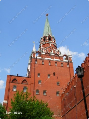 Приглашаю вас на фотопрогулку в Московский Кремль. Фотографии сделаны в разное время года, поэтому погода и освещение разное. Современные очертания Кремль приобрел в 15 веке. Он построен в форме неправильного треугольника. Протяженность стен с башнями -2235метров. С учетом рельефа местности возведены стены высотой от5 до 19 метров (это будет заметно на фотографиях).  Это наверное визитная карточка Кремля- Спасская башня. Названа так по образу Спаса Нерукотворного, расположенного над парадными проездными воротами башни. Слева 14-й корпус Кремля — административный корпус, о нем скажу позднее.  фото 38