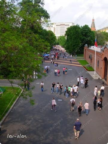Приглашаю вас на фотопрогулку в Московский Кремль. Фотографии сделаны в разное время года, поэтому погода и освещение разное. Современные очертания Кремль приобрел в 15 веке. Он построен в форме неправильного треугольника. Протяженность стен с башнями -2235метров. С учетом рельефа местности возведены стены высотой от5 до 19 метров (это будет заметно на фотографиях).  Это наверное визитная карточка Кремля- Спасская башня. Названа так по образу Спаса Нерукотворного, расположенного над парадными проездными воротами башни. Слева 14-й корпус Кремля — административный корпус, о нем скажу позднее.  фото 42