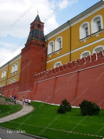 Приглашаю вас на фотопрогулку в Московский Кремль. Фотографии сделаны в разное время года, поэтому погода и освещение разное. Современные очертания Кремль приобрел в 15 веке. Он построен в форме неправильного треугольника. Протяженность стен с башнями -2235метров. С учетом рельефа местности возведены стены высотой от5 до 19 метров (это будет заметно на фотографиях).  Это наверное визитная карточка Кремля- Спасская башня. Названа так по образу Спаса Нерукотворного, расположенного над парадными проездными воротами башни. Слева 14-й корпус Кремля — административный корпус, о нем скажу позднее.  фото 46