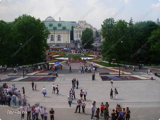 Приглашаю вас на фотопрогулку в Московский Кремль. Фотографии сделаны в разное время года, поэтому погода и освещение разное. Современные очертания Кремль приобрел в 15 веке. Он построен в форме неправильного треугольника. Протяженность стен с башнями -2235метров. С учетом рельефа местности возведены стены высотой от5 до 19 метров (это будет заметно на фотографиях).  Это наверное визитная карточка Кремля- Спасская башня. Названа так по образу Спаса Нерукотворного, расположенного над парадными проездными воротами башни. Слева 14-й корпус Кремля — административный корпус, о нем скажу позднее.  фото 47