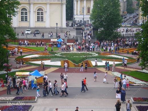 Приглашаю вас на фотопрогулку в Московский Кремль. Фотографии сделаны в разное время года, поэтому погода и освещение разное. Современные очертания Кремль приобрел в 15 веке. Он построен в форме неправильного треугольника. Протяженность стен с башнями -2235метров. С учетом рельефа местности возведены стены высотой от5 до 19 метров (это будет заметно на фотографиях).  Это наверное визитная карточка Кремля- Спасская башня. Названа так по образу Спаса Нерукотворного, расположенного над парадными проездными воротами башни. Слева 14-й корпус Кремля — административный корпус, о нем скажу позднее.  фото 48