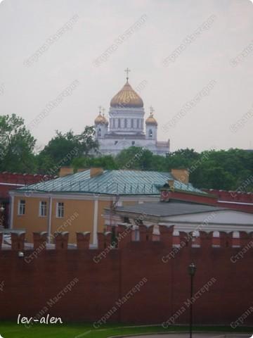 Приглашаю вас на фотопрогулку в Московский Кремль. Фотографии сделаны в разное время года, поэтому погода и освещение разное. Современные очертания Кремль приобрел в 15 веке. Он построен в форме неправильного треугольника. Протяженность стен с башнями -2235метров. С учетом рельефа местности возведены стены высотой от5 до 19 метров (это будет заметно на фотографиях).  Это наверное визитная карточка Кремля- Спасская башня. Названа так по образу Спаса Нерукотворного, расположенного над парадными проездными воротами башни. Слева 14-й корпус Кремля — административный корпус, о нем скажу позднее.  фото 49