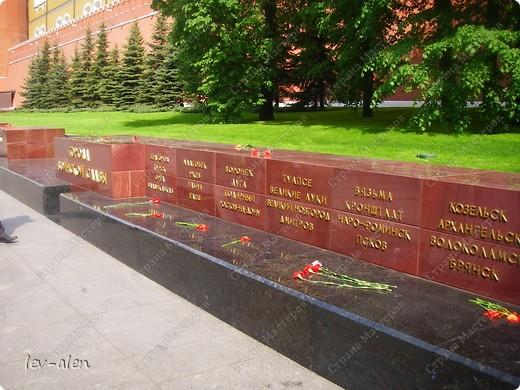 Приглашаю вас на фотопрогулку в Московский Кремль. Фотографии сделаны в разное время года, поэтому погода и освещение разное. Современные очертания Кремль приобрел в 15 веке. Он построен в форме неправильного треугольника. Протяженность стен с башнями -2235метров. С учетом рельефа местности возведены стены высотой от5 до 19 метров (это будет заметно на фотографиях).  Это наверное визитная карточка Кремля- Спасская башня. Названа так по образу Спаса Нерукотворного, расположенного над парадными проездными воротами башни. Слева 14-й корпус Кремля — административный корпус, о нем скажу позднее.  фото 50