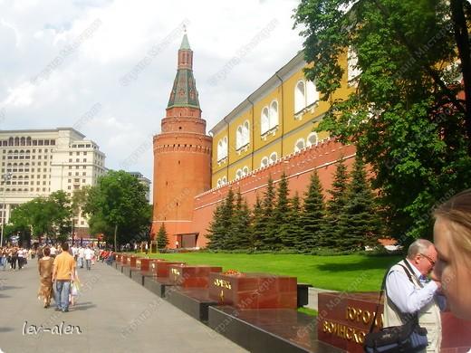 Приглашаю вас на фотопрогулку в Московский Кремль. Фотографии сделаны в разное время года, поэтому погода и освещение разное. Современные очертания Кремль приобрел в 15 веке. Он построен в форме неправильного треугольника. Протяженность стен с башнями -2235метров. С учетом рельефа местности возведены стены высотой от5 до 19 метров (это будет заметно на фотографиях).  Это наверное визитная карточка Кремля- Спасская башня. Названа так по образу Спаса Нерукотворного, расположенного над парадными проездными воротами башни. Слева 14-й корпус Кремля — административный корпус, о нем скажу позднее.  фото 51