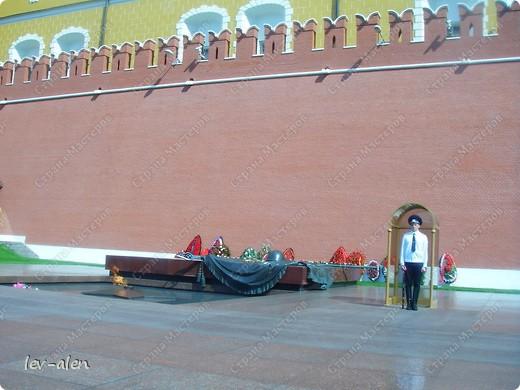 Приглашаю вас на фотопрогулку в Московский Кремль. Фотографии сделаны в разное время года, поэтому погода и освещение разное. Современные очертания Кремль приобрел в 15 веке. Он построен в форме неправильного треугольника. Протяженность стен с башнями -2235метров. С учетом рельефа местности возведены стены высотой от5 до 19 метров (это будет заметно на фотографиях).  Это наверное визитная карточка Кремля- Спасская башня. Названа так по образу Спаса Нерукотворного, расположенного над парадными проездными воротами башни. Слева 14-й корпус Кремля — административный корпус, о нем скажу позднее.  фото 52
