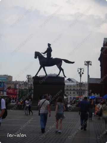 Приглашаю вас на фотопрогулку в Московский Кремль. Фотографии сделаны в разное время года, поэтому погода и освещение разное. Современные очертания Кремль приобрел в 15 веке. Он построен в форме неправильного треугольника. Протяженность стен с башнями -2235метров. С учетом рельефа местности возведены стены высотой от5 до 19 метров (это будет заметно на фотографиях).  Это наверное визитная карточка Кремля- Спасская башня. Названа так по образу Спаса Нерукотворного, расположенного над парадными проездными воротами башни. Слева 14-й корпус Кремля — административный корпус, о нем скажу позднее.  фото 53