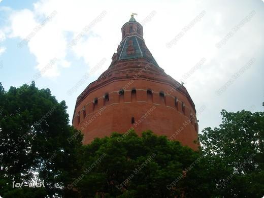 Приглашаю вас на фотопрогулку в Московский Кремль. Фотографии сделаны в разное время года, поэтому погода и освещение разное. Современные очертания Кремль приобрел в 15 веке. Он построен в форме неправильного треугольника. Протяженность стен с башнями -2235метров. С учетом рельефа местности возведены стены высотой от5 до 19 метров (это будет заметно на фотографиях).  Это наверное визитная карточка Кремля- Спасская башня. Названа так по образу Спаса Нерукотворного, расположенного над парадными проездными воротами башни. Слева 14-й корпус Кремля — административный корпус, о нем скажу позднее.  фото 54