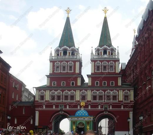 Приглашаю вас на фотопрогулку в Московский Кремль. Фотографии сделаны в разное время года, поэтому погода и освещение разное. Современные очертания Кремль приобрел в 15 веке. Он построен в форме неправильного треугольника. Протяженность стен с башнями -2235метров. С учетом рельефа местности возведены стены высотой от5 до 19 метров (это будет заметно на фотографиях).  Это наверное визитная карточка Кремля- Спасская башня. Названа так по образу Спаса Нерукотворного, расположенного над парадными проездными воротами башни. Слева 14-й корпус Кремля — административный корпус, о нем скажу позднее.  фото 55