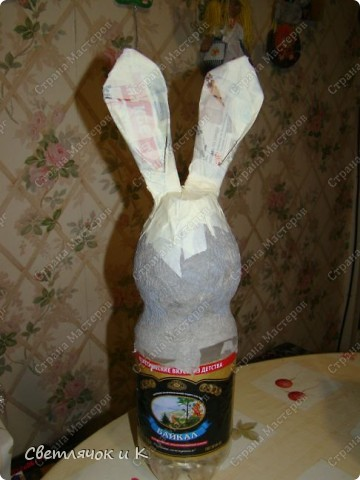 Вот такая зайчиха получилась из бутылки,бумаги и ткани. Придумалась на одном дыхании. фото 2