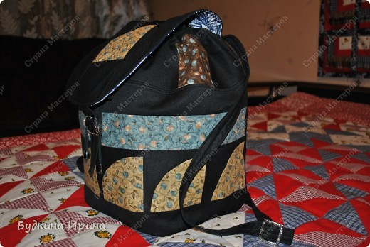 В создании рюкзачка были использованы: 1) внешняя сторона: ткань для пэчворка, ткань брючная тонкая, флизелин с клеевой основой (для придания плотности ткани), три пряжечки со стразиками, зажим, наконечники для шнурка; 2) внутренняя сторона - остатки хлопковой ткани.  На клапане расположен маленький кармашек для проездного билета, оформленный молнией. фото 6