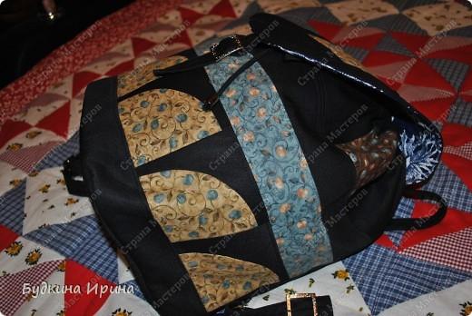 В создании рюкзачка были использованы: 1) внешняя сторона: ткань для пэчворка, ткань брючная тонкая, флизелин с клеевой основой (для придания плотности ткани), три пряжечки со стразиками, зажим, наконечники для шнурка; 2) внутренняя сторона - остатки хлопковой ткани.  На клапане расположен маленький кармашек для проездного билета, оформленный молнией. фото 7