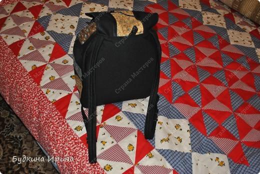 В создании рюкзачка были использованы: 1) внешняя сторона: ткань для пэчворка, ткань брючная тонкая, флизелин с клеевой основой (для придания плотности ткани), три пряжечки со стразиками, зажим, наконечники для шнурка; 2) внутренняя сторона - остатки хлопковой ткани.  На клапане расположен маленький кармашек для проездного билета, оформленный молнией. фото 2