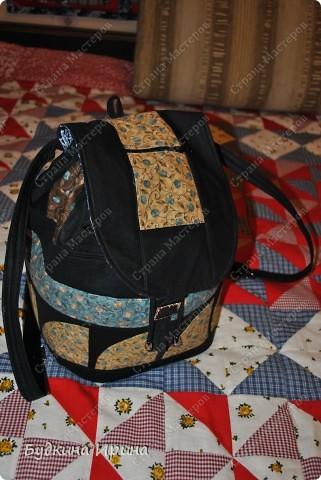 В создании рюкзачка были использованы: 1) внешняя сторона: ткань для пэчворка, ткань брючная тонкая, флизелин с клеевой основой (для придания плотности ткани), три пряжечки со стразиками, зажим, наконечники для шнурка; 2) внутренняя сторона - остатки хлопковой ткани.  На клапане расположен маленький кармашек для проездного билета, оформленный молнией. фото 1