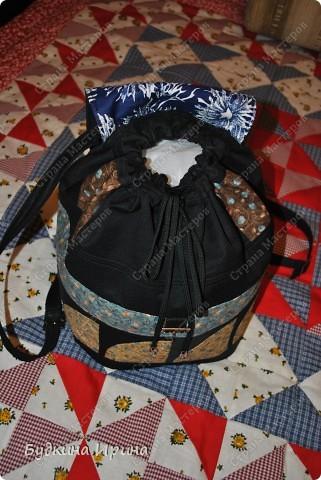 В создании рюкзачка были использованы: 1) внешняя сторона: ткань для пэчворка, ткань брючная тонкая, флизелин с клеевой основой (для придания плотности ткани), три пряжечки со стразиками, зажим, наконечники для шнурка; 2) внутренняя сторона - остатки хлопковой ткани.  На клапане расположен маленький кармашек для проездного билета, оформленный молнией. фото 3
