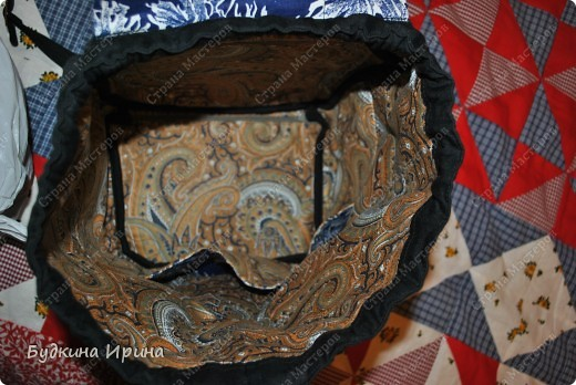 В создании рюкзачка были использованы: 1) внешняя сторона: ткань для пэчворка, ткань брючная тонкая, флизелин с клеевой основой (для придания плотности ткани), три пряжечки со стразиками, зажим, наконечники для шнурка; 2) внутренняя сторона - остатки хлопковой ткани.  На клапане расположен маленький кармашек для проездного билета, оформленный молнией. фото 4