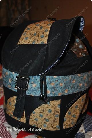 В создании рюкзачка были использованы: 1) внешняя сторона: ткань для пэчворка, ткань брючная тонкая, флизелин с клеевой основой (для придания плотности ткани), три пряжечки со стразиками, зажим, наконечники для шнурка; 2) внутренняя сторона - остатки хлопковой ткани.  На клапане расположен маленький кармашек для проездного билета, оформленный молнией. фото 5