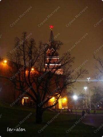Приглашаю вас на фотопрогулку в Московский Кремль. Фотографии сделаны в разное время года, поэтому погода и освещение разное. Современные очертания Кремль приобрел в 15 веке. Он построен в форме неправильного треугольника. Протяженность стен с башнями -2235метров. С учетом рельефа местности возведены стены высотой от5 до 19 метров (это будет заметно на фотографиях).  Это наверное визитная карточка Кремля- Спасская башня. Названа так по образу Спаса Нерукотворного, расположенного над парадными проездными воротами башни. Слева 14-й корпус Кремля — административный корпус, о нем скажу позднее.  фото 57