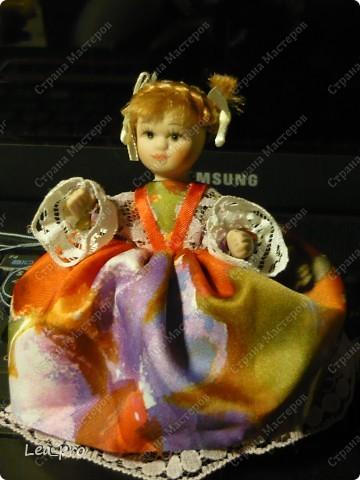 Самодельная кукла. Готовый набор, в составе деревянная заготовка, ленты, кружево , кусочки меха, тесьма и прочая красота. Собирать было немножко страшно, но очень интересно. Упаковка сохранилась, постараюсь на днях инструкцию выложить. Кукла в первой сборке :) фото 5