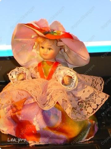 Самодельная кукла. Готовый набор, в составе деревянная заготовка, ленты, кружево , кусочки меха, тесьма и прочая красота. Собирать было немножко страшно, но очень интересно. Упаковка сохранилась, постараюсь на днях инструкцию выложить. Кукла в первой сборке :) фото 4