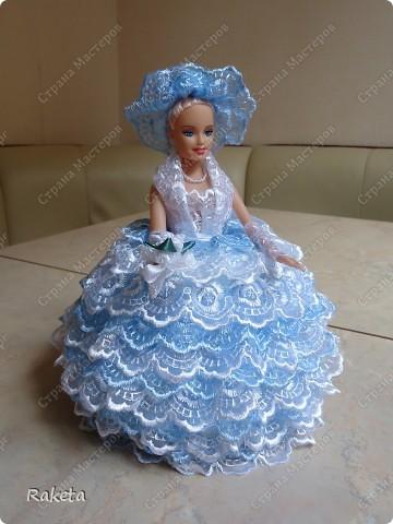 Моя шкатулка с куклой Барби наконец то готова. Делала по МК ineska http://stranamasterov.ru/node/128514?c=favorite, огромнейшее спасибо за идею и подробное объяснение этой красоты! Делала для дочки друзей, на ДР, ей исполнилось 7 лет, в куклы уже не играет, но хотела невесту в пышном платье. Получилась не невеста, но барышня! фото 2