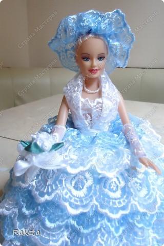 Моя шкатулка с куклой Барби наконец то готова. Делала по МК ineska http://stranamasterov.ru/node/128514?c=favorite, огромнейшее спасибо за идею и подробное объяснение этой красоты! Делала для дочки друзей, на ДР, ей исполнилось 7 лет, в куклы уже не играет, но хотела невесту в пышном платье. Получилась не невеста, но барышня! фото 3