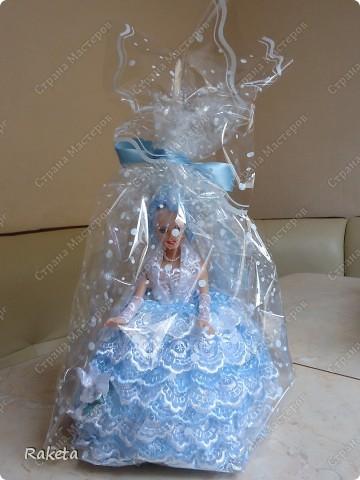 Моя шкатулка с куклой Барби наконец то готова. Делала по МК ineska http://stranamasterov.ru/node/128514?c=favorite, огромнейшее спасибо за идею и подробное объяснение этой красоты! Делала для дочки друзей, на ДР, ей исполнилось 7 лет, в куклы уже не играет, но хотела невесту в пышном платье. Получилась не невеста, но барышня! фото 7