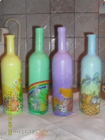 """Увидела у нас в магазине Пасхальные скатерти,прикупила на подарки. Потом решила их дополнить наборчиками из бутылки и тарелочки. Бутылочки полные,в них вино"""" Кагор"""".Вот такие подарки я приготовила к Пасхе. фото 2"""