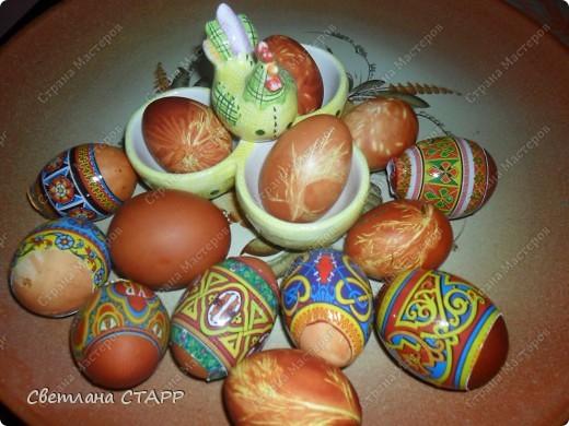 Моя дочь в первый раз красит пасхальные яйца-не судите очень строго! фото 1