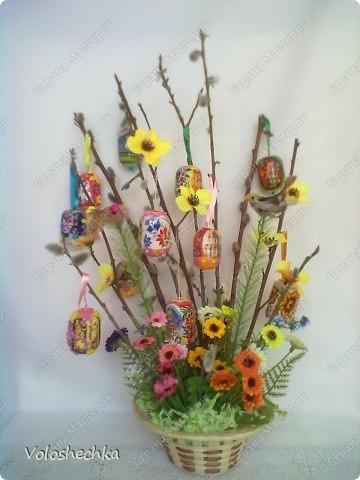 Кроме традиционных пасхальных угощений праздничными символами становятся растения - ветки деревьев, цветы и травы. Такая пасхальная композиция с веточками вербы, искусственными цветами и птичками украсила наш дом к празднику Светлой Пасхи. фото 1