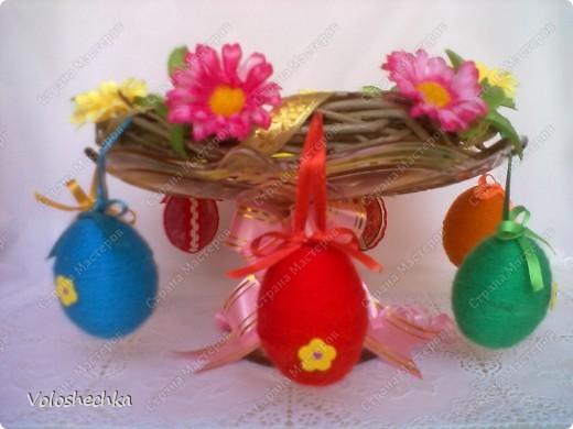 Пасхальный веночек стал украшением праздничного стола. В середину поместила кулич и крашенки. фото 5