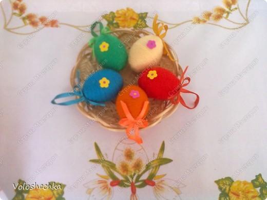 Пасхальный веночек стал украшением праздничного стола. В середину поместила кулич и крашенки. фото 6