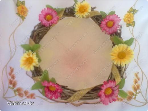 Пасхальный веночек стал украшением праздничного стола. В середину поместила кулич и крашенки. фото 3