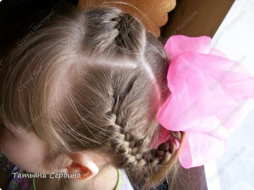 Добрый день всем, кто читает эту страницу!!!  У меня три дочки, у всех длинные волосы, поэтому я каждый день сталкиваюсь с проблемой причёсок для них; стало намного проще, когда я научилась плести разные косички.  Хочу поделится какие причёски из кос делаю я: фото 3