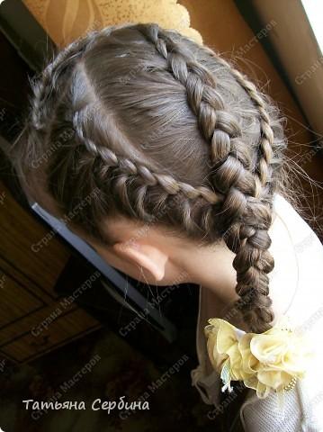 Добрый день всем, кто читает эту страницу!!!  У меня три дочки, у всех длинные волосы, поэтому я каждый день сталкиваюсь с проблемой причёсок для них; стало намного проще, когда я научилась плести разные косички.  Хочу поделится какие причёски из кос делаю я: фото 12