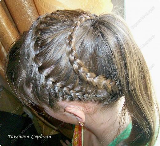 Добрый день всем, кто читает эту страницу!!!  У меня три дочки, у всех длинные волосы, поэтому я каждый день сталкиваюсь с проблемой причёсок для них; стало намного проще, когда я научилась плести разные косички.  Хочу поделится какие причёски из кос делаю я: фото 11