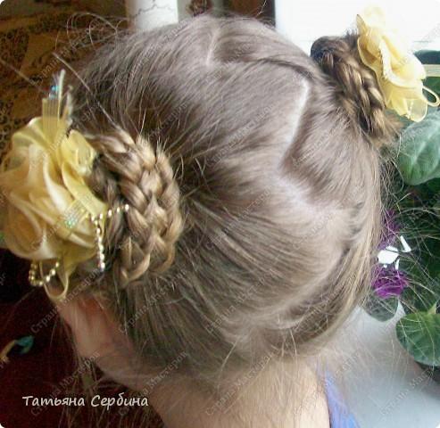 Добрый день всем, кто читает эту страницу!!!  У меня три дочки, у всех длинные волосы, поэтому я каждый день сталкиваюсь с проблемой причёсок для них; стало намного проще, когда я научилась плести разные косички.  Хочу поделится какие причёски из кос делаю я: фото 6