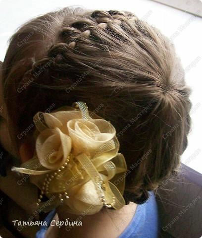 Добрый день всем, кто читает эту страницу!!!  У меня три дочки, у всех длинные волосы, поэтому я каждый день сталкиваюсь с проблемой причёсок для них; стало намного проще, когда я научилась плести разные косички.  Хочу поделится какие причёски из кос делаю я: фото 7