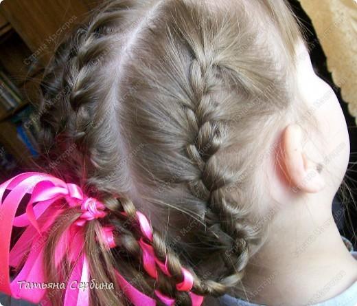 Добрый день всем, кто читает эту страницу!!!  У меня три дочки, у всех длинные волосы, поэтому я каждый день сталкиваюсь с проблемой причёсок для них; стало намного проще, когда я научилась плести разные косички.  Хочу поделится какие причёски из кос делаю я: фото 4