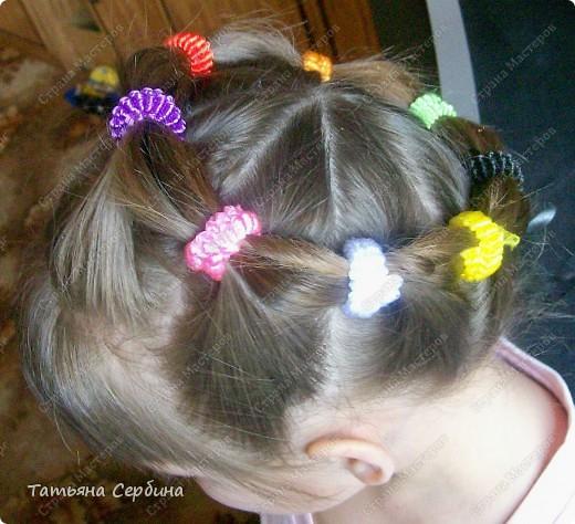 Добрый день всем, кто читает эту страницу!!!  У меня три дочки, у всех длинные волосы, поэтому я каждый день сталкиваюсь с проблемой причёсок для них; стало намного проще, когда я научилась плести разные косички.  Хочу поделится какие причёски из кос делаю я: фото 8