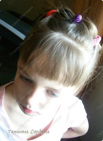 Добрый день всем, кто читает эту страницу!!!  У меня три дочки, у всех длинные волосы, поэтому я каждый день сталкиваюсь с проблемой причёсок для них; стало намного проще, когда я научилась плести разные косички.  Хочу поделится какие причёски из кос делаю я: фото 9