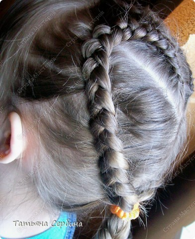 Добрый день всем, кто читает эту страницу!!!  У меня три дочки, у всех длинные волосы, поэтому я каждый день сталкиваюсь с проблемой причёсок для них; стало намного проще, когда я научилась плести разные косички.  Хочу поделится какие причёски из кос делаю я: фото 2