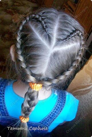 Добрый день всем, кто читает эту страницу!!!  У меня три дочки, у всех длинные волосы, поэтому я каждый день сталкиваюсь с проблемой причёсок для них; стало намного проще, когда я научилась плести разные косички.  Хочу поделится какие причёски из кос делаю я: фото 1